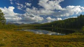 Jesień jezioro w górach altai zbiory
