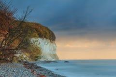 Jesień klimaty na kredowej falezie na morzu bałtyckim wschód słońca obrazy royalty free
