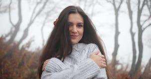 Jesień klimaty, wygodna atmosfera Powabna brunetki kobieta z długim ciemnym włosy ono obejmuje pozycja w jesieni zbiory wideo