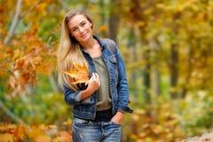 jesień kobieta piękna parkowa Obrazy Royalty Free
