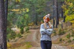 Jesień krajobraz, dziewczyna w kapeluszu, z długą blondyn pozycją z ona na brzeg jezioro z powrotem, Fotografia Stock