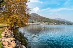 Jesień krajobraz Lavena Ponte Tresa lokalizować na zachodnim brzeg jeziorny Lugano Zdjęcia Stock