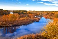 Jesień krajobraz na rzece zdjęcie royalty free