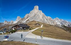 Jesień krajobraz przy Giau przepustką z sławnymi akademiami królewskimi Gusela, Nuvolau osiąga szczyt w tle, dolomity, Włochy obraz royalty free