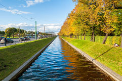 Jesień krajobraz St Petersburg - Łabędzi kanału i jesieni park w pogodnej pogodzie St Petersburg jesieni miasta krajobraz Fotografia Royalty Free