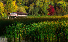 Jesień krajobraz - stary osamotniony dom nad wodą Obrazy Royalty Free