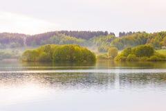 Jesień krajobraz w wsi zieleni drzewa żółci zdjęcia royalty free
