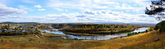 Jesień krajobraz Widok nad rzeką, ogród, łąka jasny dzień Zdjęcie Royalty Free