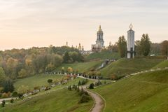 Jesień krajobraz, widok zabytek ofiary Holodomor i kopuły Kijowski Pechersk Lavra w Kijów na Pechersk wzgórzach, zdjęcie royalty free