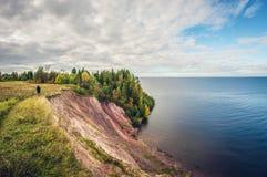 Jesień krajobraz wysoka faleza na jeziorze Dziewczyny odprowadzenie na krawędzi falezy obrazy stock