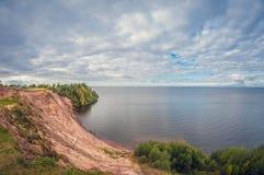 Jesień krajobraz wysoka faleza na jeziorze Jesień krajobraz wysoka faleza na jeziorze Samochód na krawędzi falezy fotografia royalty free