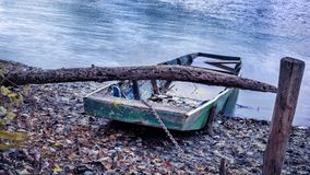 Jesień krajobraz, zaniechana łódź na brzeg rzeki Zdjęcia Stock