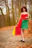 Jesień kupującego kobieta z sprzedażą zdojest plenerowego w parku Zdjęcie Royalty Free