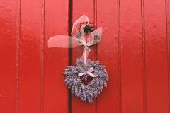 Jesień kwiatu bukiet umieszczający przy kościelnym drzwi Zdjęcia Royalty Free