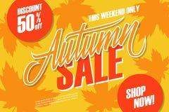 jesień liść czerwony sprzedaży słowo Ten weekendowy specjalnej oferty sztandar z ręki jesieni i literowania liśćmi dla sezonowego Zdjęcie Royalty Free