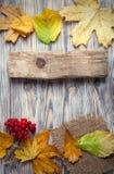 Jesień liść na drewnianego tła odgórnym widoku Obrazy Royalty Free