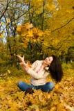 jesień liść odpoczynku kobiety młode Fotografia Royalty Free