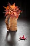 jesień liść waza drewniana obrazy royalty free
