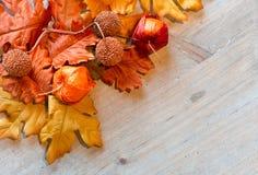 Jesień liście i Chińscy lampiony na drewno powierzchni Obrazy Royalty Free