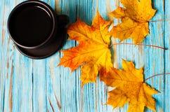 Jesień liście wokoło kawowych garnków Obrazy Royalty Free