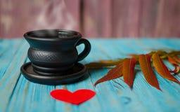 Jesień liście wokoło kawowych garnków Obrazy Stock