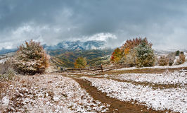 jesień najpierw snow Opad śniegu w górskiej wiosce Zdjęcie Royalty Free