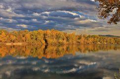 Jesień odbijająca na wodzie obrazy stock