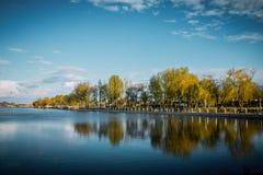 Jesień park obok rzeki Piękni krajobrazy Kuban Fotografia Stock