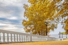 Jesień park w mieście na banku Volga rzeka Obrazy Stock