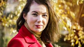 jesień parkowi ładni kobiety potomstwa obraz stock