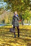 jesień parkowi chodzący kobiety potomstwa Fotografia Stock
