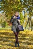 jesień parkowi chodzący kobiety potomstwa Zdjęcia Royalty Free