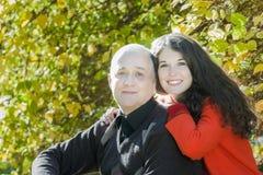 Jesień parkowy plenerowy rodzinny portret uśmiechnięta dorosła córka ściska jej starszego ojca obrazy royalty free