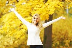 jesień pięknego dzień spadek lasowa chodząca kobieta Obraz Stock