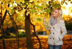 jesień pięknego dzień spadek lasowa chodząca kobieta upadek Blondynki Piękna dziewczyna z Żółtymi liśćmi Obraz Stock