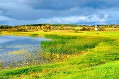 Jesień piękny krajobraz - jesieni Malenets dolina w Pushkinskiye Krwawym i jezioro widok, Rosja Zdjęcie Stock