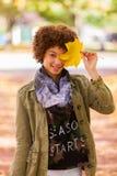Jesień plenerowy portret piękny amerykan afrykańskiego pochodzenia potomstw woma Zdjęcia Royalty Free