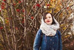Jesień portret dziewczyna z czerwoną pomadką, obrazy stock