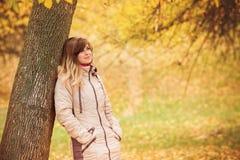 Jesień portret piękna kobieta blisko drzewa, pojęcie harmonia natura mężczyzna, spacer w naturze Zdjęcia Royalty Free