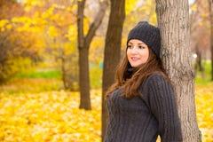 Jesień portret piękna kobieta nad kolorem żółtym opuszcza w parku w spadku podczas gdy chodzący Pozytywne emocje i szczęścia poję obraz stock