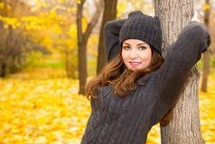 Jesień portret piękna kobieta nad kolorem żółtym opuszcza w parku w spadku podczas gdy chodzący Pozytywne emocje i szczęścia poję zdjęcie royalty free