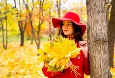 Jesień portret piękna kobieta nad kolorem żółtym opuszcza w parku w spadku podczas gdy chodzący Pozytywne emocje i szczęścia poję obrazy royalty free