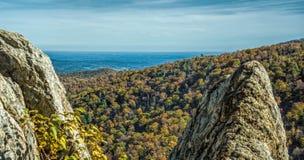 Jesień przez skały Obrazy Royalty Free