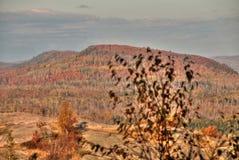 Jesień przy Carlton szczytem Sawtooth góry w Północnym Minnestoa na Północnym brzeg Jeziorny przełożony zdjęcia royalty free