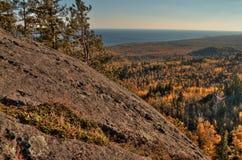 Jesień przy Carlton szczytem Sawtooth góry w Północnym Minnestoa na Północnym brzeg Jeziorny przełożony zdjęcie stock