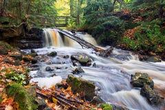 Jesień przy Górną kaplicą Spada Michigan - Opisane skały - Zdjęcie Stock