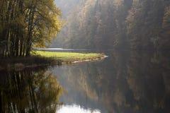 Jesień przy rzeką Zdjęcia Stock