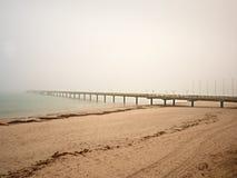 Jesień ranek na drewnianym molu nad morze Depresja, ciemna atmosfera Turystyczna gramocząsteczka, mokra drewniana podłoga nad mor obraz royalty free