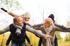 jesień rodzinna ostrości zabawa szczęśliwa mieć mężczyzna parka Fotografia Stock