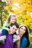 jesień rodziny bawić się Zdjęcia Stock